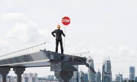 Ingénieur sûr tenant le signe de sécurité de rue Photo stock