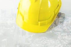 Ingénieur Safety Helmet sur le fond de ville Photo stock