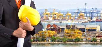 Ingénieur tenant le casque jaune et le plan Photos libres de droits