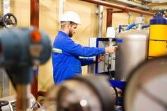 Ingénieur travaillant à l'intérieur de la raffinerie de pétrole et de gaz photo libre de droits