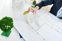 Ingénieur travaillant à la construction de maison Photographie stock libre de droits