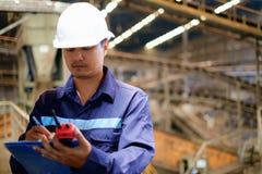 Ingénieur travaillant dans la chaîne de production processus images stock