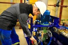 Ingénieur vérifiant la pompe à huile photos libres de droits
