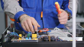 Ingénieur vissant les connexions dans la boîte de fusible Plan rapproché 4K clips vidéos