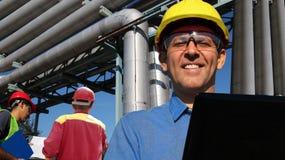 Ingénieurs au raffinerie de pétrole intérieur de travail Photographie stock libre de droits