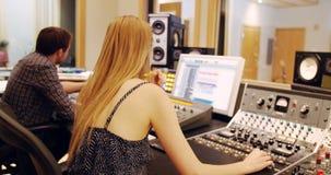 Ingénieurs audio à l'aide du mixeur son banque de vidéos
