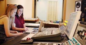 Ingénieurs audio féminins à l'aide du mixeur son banque de vidéos