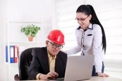Ingénieurs avec l'ordinateur portable dans le bureau Image libre de droits