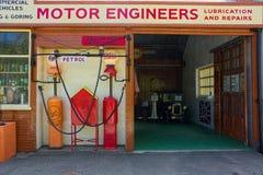 Ingénieurs de moteur de vintage et garage de réparation Images stock