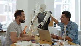Ingénieurs enthousiastes discutant de nouvelles inventions clips vidéos
