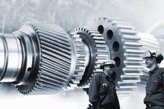 Ingénieurs et travailleurs avec des roues dentées et des vitesses Photographie stock