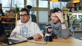 Ingénieurs examinant le bras bionique robotique banque de vidéos