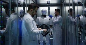 Ingénieurs examinant sur des contrôles de robot photos libres de droits
