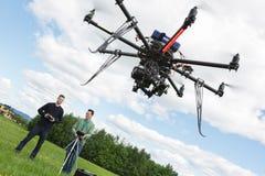 Ingénieurs masculins exploitant l'hélicoptère d'UAV Photos libres de droits