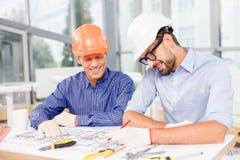 Ingénieurs masculins gais projetant le nouveau Images stock