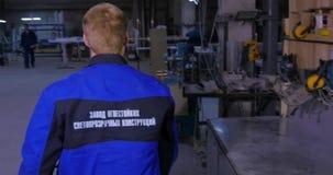Ingénieurs regardant un plan sur un chantier de construction Travailleurs sur le tissu ou la fabrication Travailleur vérifiant l' clips vidéos