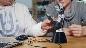 Ingénieurs travaillant dans le studio moderne, faisant à 3d le bras bionique clips vidéos