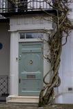 Ing?ngsd?rr till bostads- byggnad i London Typisk d?rr i den engelska stilen royaltyfri foto