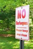 Inga barbeques undertecknar ett offentligt parkerar in Royaltyfri Bild