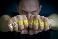 INGA DROGER som är skriftliga på ilskna man'snävar royaltyfri foto