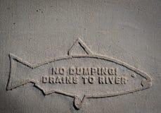 Inga dumpa avrinningar till floden royaltyfri foto