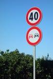 Inga Ovetaking hastighetsbegränsningvägmärken Arkivbild