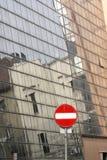 Inga reflekterande byggnader för för tillträdestecken och glasvägg stads- plats grå red royaltyfri fotografi