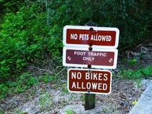 Inga tillåtna husdjur inga tillåtna cyklar Arkivbilder