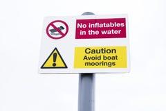 Inga uppblåsbar i vattnet och undviker att förtöja teckenstolpen royaltyfria foton