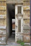 Ingang aan één van huizen in Uzice stock afbeelding