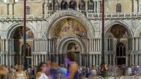 Ingang aan Basiliek van St Tekennacht timelapse Het is kathedraalkerk van Roman Catholic Archdiocese van Venetië stock videobeelden