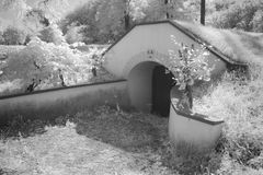 Ingang aan begraven wijnkelder Stock Afbeeldingen