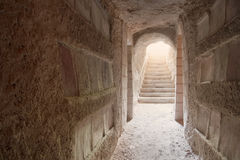 Ingang aan catacomben Sousse die met licht worden overstroomd Stock Fotografie