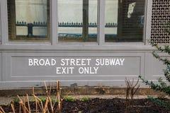 Ingang aan de beroemde Brede Straatmetro die in de Stadhuisbinnenplaats wordt gevestigd in Philadelphia stock foto