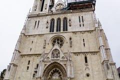 Ingang aan de kathedraal van Zagreb Hoofddeur royalty-vrije stock fotografie