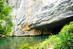 Ingang aan de Klap Ondergronds Rivier van Phong Nha KE, Holen, Kalksteen en Karsts Vormingen (Unesco-de Plaats van de Werelderfen stock foto