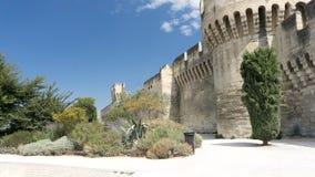 Ingang aan de ommuurde stad van Avignon stock fotografie