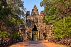 Ingang aan de oude tempel van Angkor Wat bij zonsopgang Royalty-vrije Stock Foto