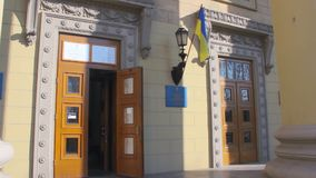 Ingang aan de plaats van de opiniepeilingspost in het universitaire gebouw Verkiezing van de President van de Oekraïne stock footage