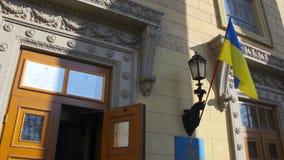 Ingang aan de plaats van de opiniepeilingspost in het universitaire gebouw Verkiezing van de President van de Oekraïne stock video