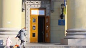 Ingang aan de plaats van de opiniepeilingspost in het universitaire gebouw Verkiezing van de President van de Oekra?ne Oekra?ense stock video