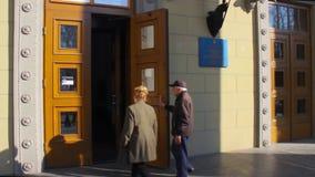 Ingang aan de plaats van de opiniepeilingspost in het universitaire gebouw Verkiezing van de President van de Oekra?ne Oekraïense stock videobeelden
