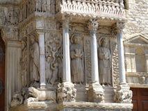 Ingang aan de Romaanse kerk Stock Afbeeldingen