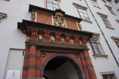 Ingang aan de Spaanse manege in het Hofburg-Paleis in Wenen stock afbeeldingen