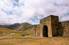 Ingang aan de steenvesting en het oude hotel Tash Rabat, Kyrgyzstan Stock Foto