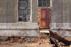 Ingang aan de vernietigde bouw, houten deur, metaaltrap, wi royalty-vrije stock foto's