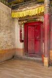 Ingang aan een boeddhistisch klooster in Ladakh, India stock foto's