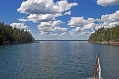 Ingang aan een Inham met wolken royalty-vrije stock foto