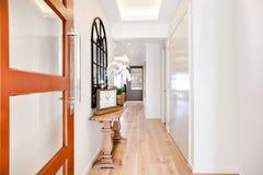 Ingang aan een luxehuis door de gang met inbegrip van furnitu Stock Afbeelding