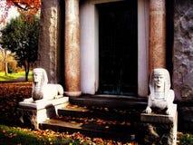 _ingang aan een moseleum in een begraafplaats stock fotografie